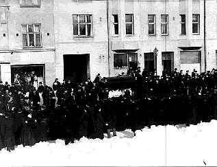 Unohdetuille 1918 punakaartin tuusulalaisille tytöille, Ida Savolaiselle ja Naima Karille