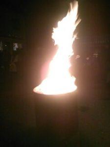 Tuli sytytettiin symbolisoimaan asunnottomuutta asunnottomien yön tapahtumassa Keravalla. Kuva: Riitta Törmänen