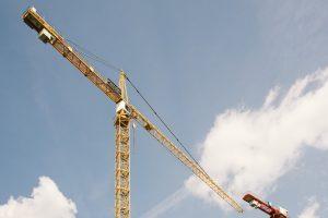 Asuntopula ratkeaa vain lisäämällä reilusti kohtuuhintaista vuokra-asuntotuotantoa. Nykyisessä markkinatilanteessa yksityiset rakennusliikkeet eivät sitä tee. Mikäli kunnallisten vuokra-asuntoyhtiöiden hankkeisiin ei löydy kohtuuhintaista rakennusalan toteuttajaa, voisi ratkaisun tarjota julkisomisteisen rakennusliikkeen perustaminen pääkaupunkiseudulle.